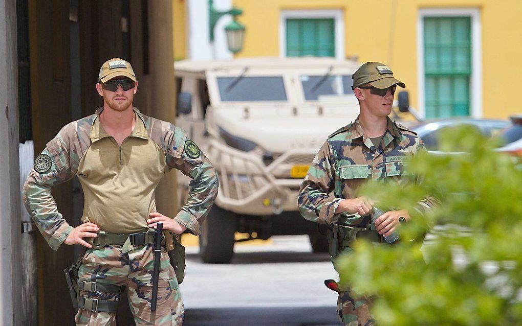 Op Curaçao liepen demonstraties uit de hand. Foto: Nederlandse militairen bij regeringsgebouw Fort Amsterdam. beeld ANP
