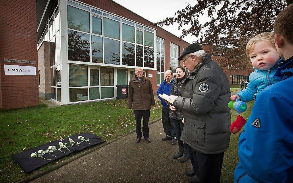 Stil protest in 2014 door Schreeuw om Leven bij een abortuskliniek: zes rozen voor de zes kinderen die de vorige dag geaborteerd zijn. beeld RD, Henk Visscher