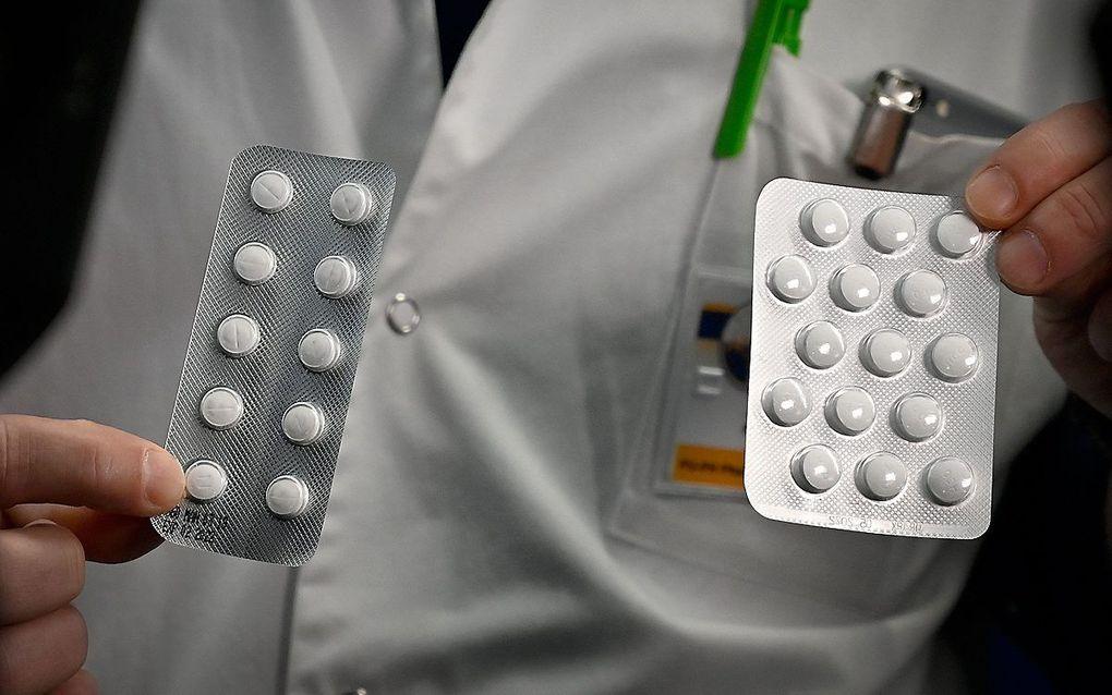 Medisch personeel van een universiteit in Marseille tonen tabletten met chloroquine. beeld AFP, Gerard Julien