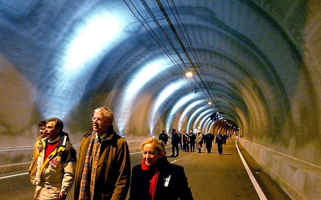 Wandelaars in de Westerscheldetunnel tijdens de opening ervan in 2003. beeld ANP, Ed Oudenaarden
