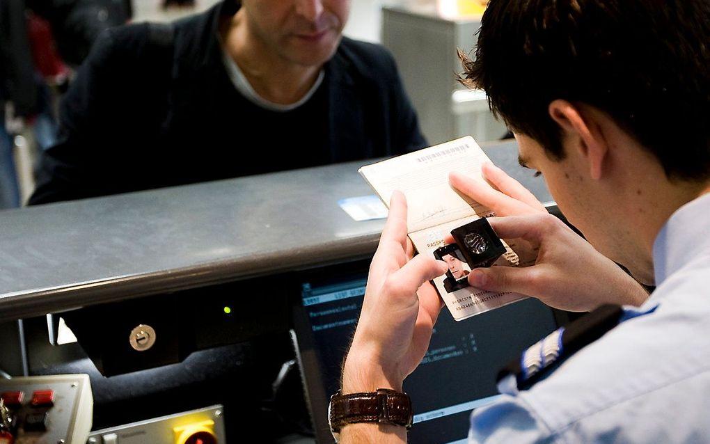 Paspoortcontrole op Schiphol door de marechaussee. beeld ANP, Lex van Lieshout