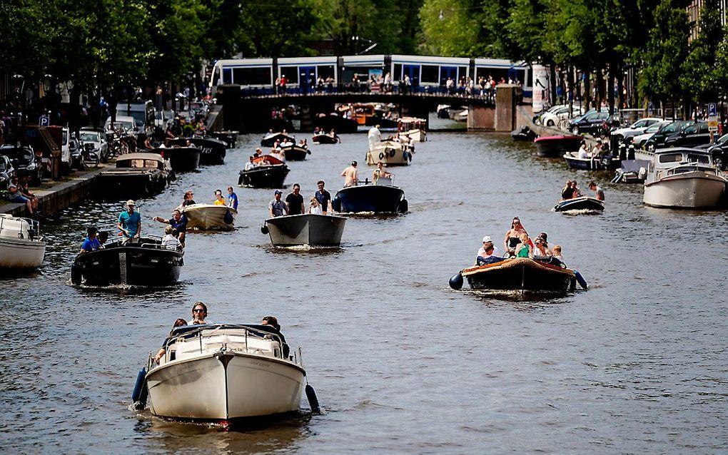 Bootjes op een gracht in het centrum van Amsterdam. beeld ANP, Robin van Lonkhuijsen