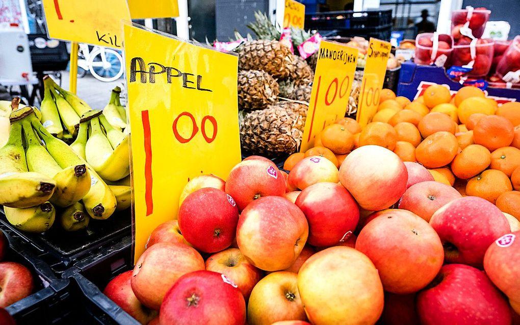 Eet dagelijks fruit en verse groente, gebruik volle graan- en geen witmeelproducten. Deze laatste bevatten weinig vitamines en mineralen. beeld ANP