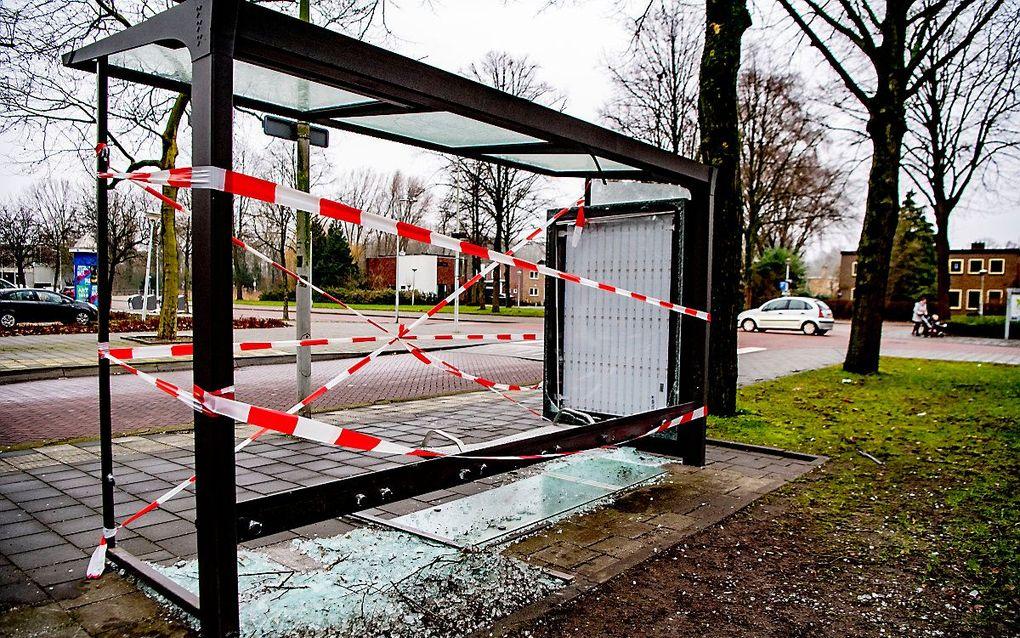 Amsterdam en Rotterdam lijken in een race verwikkeld wie als eerste een vuurwerkverbod instelt. Foto: een door vuurwerk vernield bushokje in Amsterdam. beeld ANP, Robin Utrecht