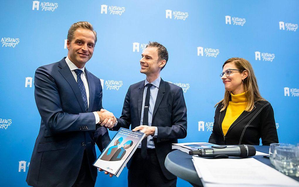 Minister De Jonge neemt het rapport over het dossier 'voltooid leven' in ontvangst. beeld ANP