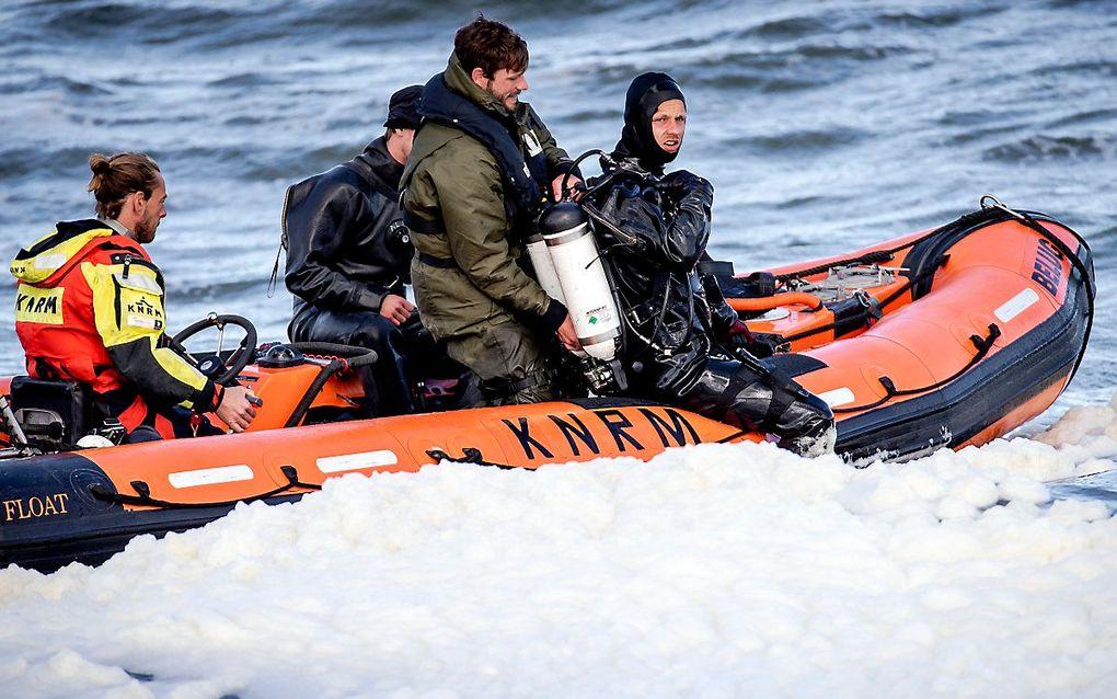 Een duiker van Defensie zoekt met behulp van sonar naar het lichaam van de vijfde surfer. Defensie is ingeschakeld om het stoffelijk overschot van de 23-jarige man uit Delft te vinden die bij het surfdrama is omgekomen. beeld ANP