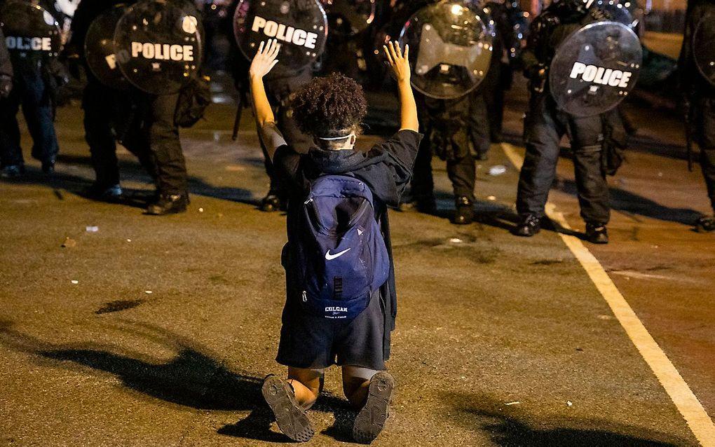 Een demonstrant tegenover de politie in Washington. beeld AFP