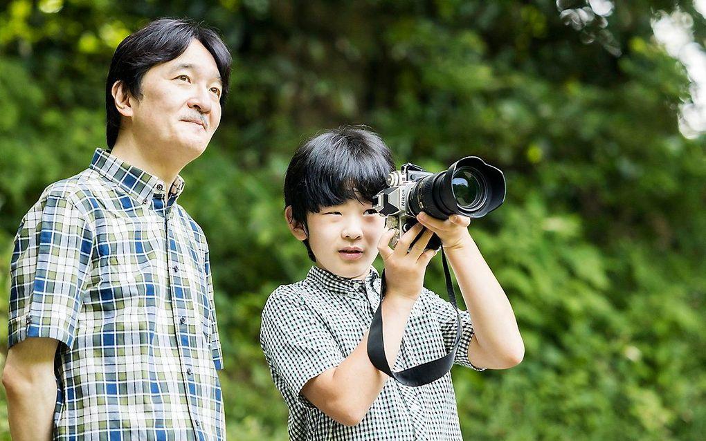 Kroonprins Akishino en zoon Hisahito, de enige troonopvolger in zijn generatie.beeld Imperial Household Agency of Japan