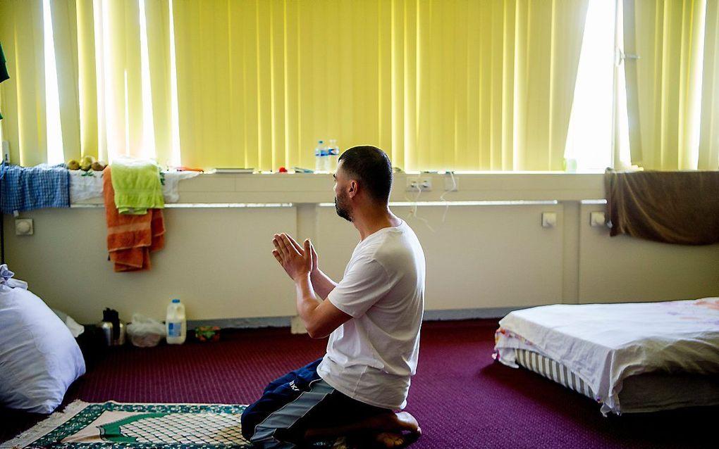 Islamitische asielzoeker bidt op zijn kamer, beeld ANP, Robin Utrecht.