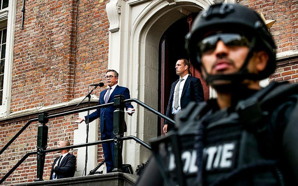 Burgemeester Wienen bij een manifestatie in Haarlem waarbij burgers steun betuigen aan de bedreigde en zwaar beveiligde burgervader. beeld ANP, Remko de Waal