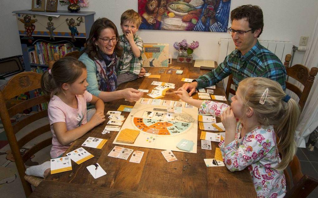 Stefan en Rebecca Kowalczyk in Bodegraven spelen Maestro met hun dochter Leora (6), zoon David (4) en buurmeisje Aline (7). beeld RD, Anton Dommerholt