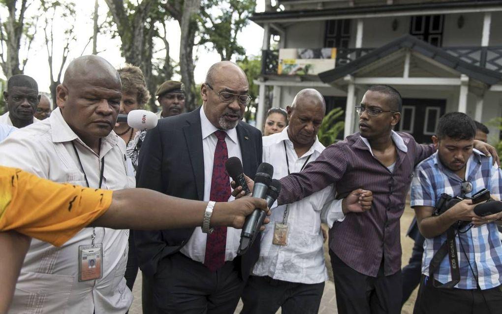 President Desi Bouterse woensdag bij zijn vertrek uit het parlementsgebouw, nadat hij de volksvertegenwoordigers had ingelicht over het blokkeren van het proces rond de Decembermoorden.beeld ANP, Pieter van Maele