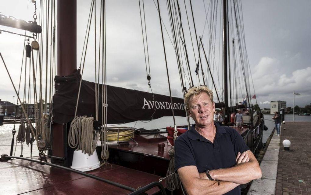 Rob Peetoom voor zijn schip Avondrood. beeld Ruben Timman