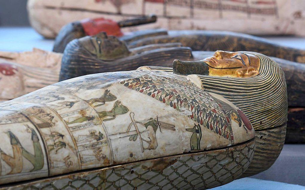 Archeologen hebben in de necropolis Sakkara ten zuiden van de Egyptische hoofdstad Caïro ruim honderd sarcofagen gevonden. beeld AFP, Ahmed Hasan
