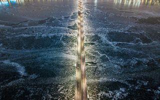 Een autobrug over een bevroren rivier de Han in de Zuid-Koreaanse hoofdstad Seoul. beeld AFP, Ed JONES