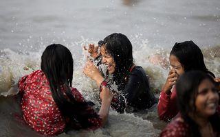 Hindoevrouwen nemen een bad in de Ganges, een ritueel dat hun zonden zou moeten afwassen. Beeld Epa, Piyal Adhikary