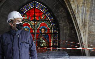 De Franse president Macron bekijkt de restauratiewerkzaamheden in de Notre-Dame in Parijs. beeld EPA, Ian Langsdon