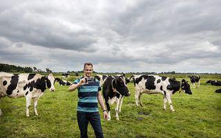 Boer Gerrit (45) uit het Gelderse Oosterwolde schiet beelden voor zijn populaire vlogs. beeld RD, Henk Visscher