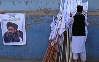 Abdul Ghani Baradar op een poster in Kabul. beeld AFP, Aamir Qureshi