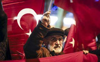ROTTERDAM. Demonstranten zwaaiden zaterdagavond met Turkse vlaggen bij het Turkse consulaat in Rotterdam. De betogers wilden de Turkse minister voor Familiezaken Fatma Betul Sayan Kaya zien en horen. De minister werd door de Nederlandse politie op afstand