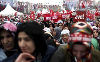 """Aanhangers massaal op de been voor hun president tijdens de opening van een metrostation in Istanboel vorige week. Turkijekenner Udink zegt dat Erdogan streeft naar """"een islamitische republiek à la de Moslim Broederschap.""""beeld Epa, Sedat Suna"""