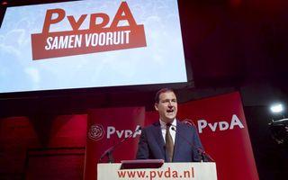 """PvdA-lijsttrekker Asscher blijft, ondanks de megaklap voor de sociaaldemocraten, strijdbaar. """"Juist als het tegenzit, hebben wij een partij, een verhaal, een droom om trots op te zijn.""""  beeld ANP, Bart Maat"""