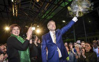 Lijsttrekker Buma (rechts) en partijvoorzitter Peetoom vieren de winst.beeld ANP, Lex van Lieshout