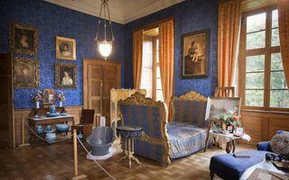 De Emma-kamer in het slot. Links hangen de portretten van haar zussen. Die waren in eerste instantie huwelijkskandidaten voor koning Willem III, maar toen ze de oude koning zagen wilden ze niet meer. Emma dus wel! beeld RD, Henk Visscher