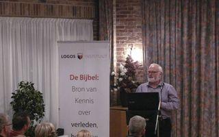 Ds. R. Visser presenteerde gisteren zijn boek over de schepping.  beeld RD