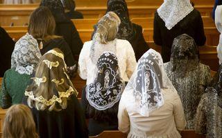 """""""De huidige hoed met rand vindt zijn oorsprong in de vroegere hoofdbedekking voor de vrouw tijdens de samenkomst van de gemeente Gods, namelijk de """"kefalè"""" (sjaal of sluier)."""" Foto: Syrisch-orthodoxe christenen in het klooster Ephrem te Glane (Overijssel)"""