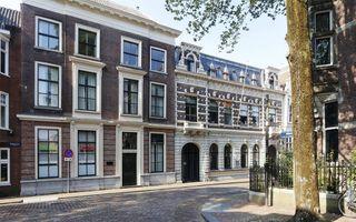 De Wijnstraat tegenover de Nieuwbrug in Dordrecht. Achter het meest linkse pand bevond zich het huis Mariënberch.beeld Regionaal Archief Dordrecht
