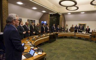 Een gemeenteraadsvergadering in Nunspeet, enkele ogenblikken voordat het ambtsgebed wordt uitgesproken.beeld RD, Anton Dommerholt