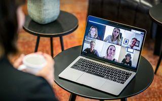Videobellen met thuiswerkende collega's om te overleggen over het werk. beeld ANP, Remko de Waal