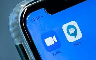 De apps van Zoom en Google Hangouts op een telefoon. Ze zijn populair om te gebruiken voor overleg met collega's nu Nederlanders veel thuiswerken. beeld ANP, Remko de Waal