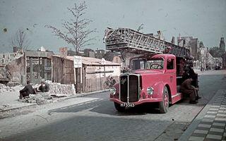 Met de ontdekking van twee doosjes met kleurendia's van het door bommen verwoeste Rotterdamse stadshart brengt het Stadsarchief van Rotterdam de Tweede Wereldoorlog weer dichterbij. beeld Stadsarchief Rotterdam