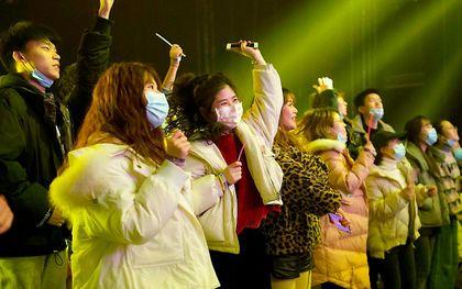 Een binnenconcert in Wuhan op 1 januari. Coronapatiënten houden een halfjaar na een ziekenhuisopname vaak nog klachten, blijkt uit onderzoek onder herstelde coronapatiënten in Wuhan. beeld AFP, Noel Celis