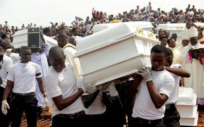 Begrafenis van zeventien parochianen en twee priesters, na een aanval op een kerk in de Nigeriaanse plaats Ayati-Ikpayongo, mei 2018. De daders zouden Fulani zijn geweest. beeld AFP, Emmy Ibu