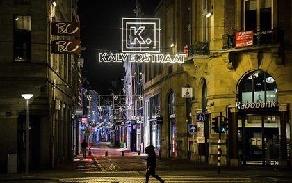 Een bijna lege Kalverstraat in het centrum van Amsterdam. beeld ANP RAMON VAN FLYMEN
