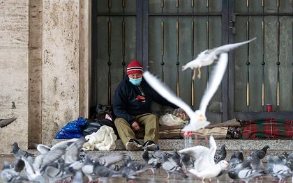 Een dakloze in Rome. beeld beeld EPA/MASSIMO PERCOSSI