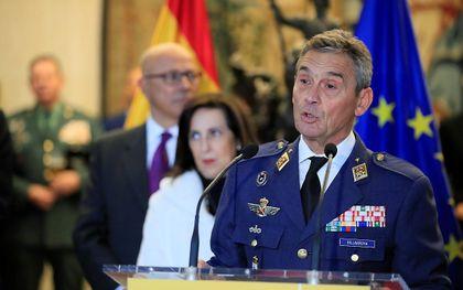 De Spaanse generaal Miguel Angel Villarroya most aftreden omdat hij voor zijn beurt een coronaintenting bij zichzelf liet indienen.  beeld EPA, Fernando Alvarado