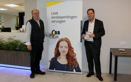 UItgever M. J. Ruissen (links) kreeg vrijdag de eerste luisterboeken van CBB overhandigd. beeld De Ramshoorn