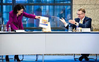 Commissievoorzitter Andre Bosman overhandigt het eindrapport van de tijdelijke commissie Uitvoeringsorganisaties (TCU) aan Kamervoorzitter Khadija Arib. beeld ANP, Sem van der Wal