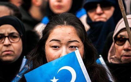 Oeigoeren en sympathisanten demonstreren in 2019 op de Dam. Zij voeren actie tegen wat zij zien als de onderdrukking van de Oeigoeren in China door de regering van dat land. beeld ANP, Remko de Waal