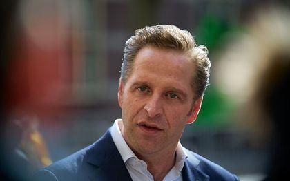 Demissionair Minister Hugo de Jonge van Volksgezondheid, Welzijn en Sport (CDA) komt aan op het Binnenhof voor een corona-overleg voorafgaand aan de wekelijkse ministerraad. De ministerraad zelf vindt wederom digitaal plaats. beeld ANP, Phil Nijhuis