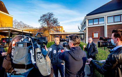 Journalisten in gesprek bij de kerk van de oud gereformeerde gemeente in Nederland te Krimpen aan den IJssel. beeld ANP, Robin Utrecht