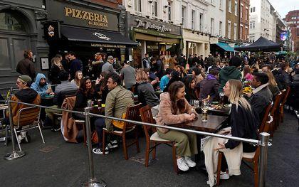 Volle terrassen in Soho, Londen afgelopen vrijdag. beeld AFP, Niklas HALLE'N