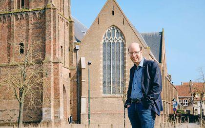Gerben Mourik bij de Grote of Sint-Michaëlskerk in Oudewater. beeld Sjaak Verboom