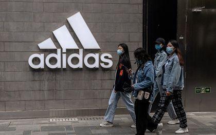 Winkel van Adidas in Beijing. beeld AFP, Nicolas Asfouri