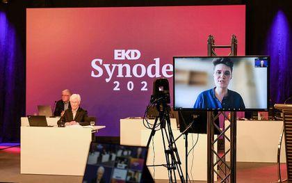 De EKD-synode vergadert deze dagen online. Op het beeldscherm de nieuw gekozen preses. beeld EPD, Jens Schulze