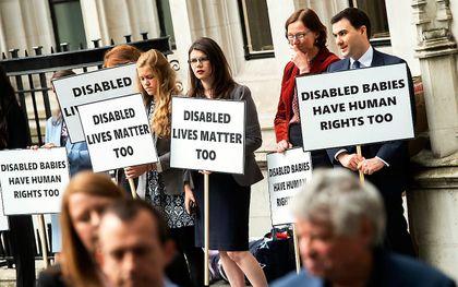Pro-life demonstranten bij het Hooggerechtshof in Londen. beeld EPA, Will Oliver